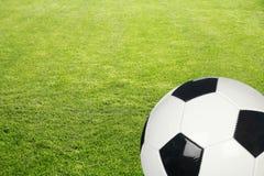Herbe avec la bille de football Photos stock