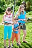 Herbe d'outdoorson de livres de lecture d'enfants d'amis Photos stock