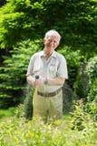 Herbe de arrosage avec le tuyau d'arrosage Photo libre de droits