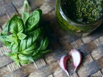 Herbe de Basil avec le pesto dans un pot en verre Images stock
