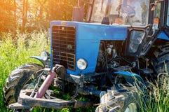 Herbe de fauchage verte de tracteur de ferme haute dans un jour d'été ensoleillé Plan rapproché Le cadre horizontal Images stock