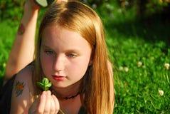 Herbe de fille photographie stock libre de droits