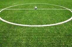 Herbe de terrain de football avec la bille Image stock