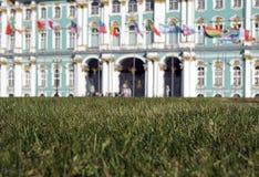 Herbe, drapeaux et palais Photographie stock libre de droits