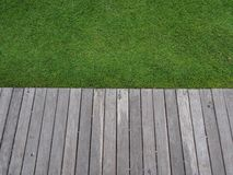 Herbe et chemin en bois image stock