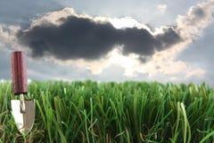 Herbe et truelle avec des nuages de tempête Photos libres de droits