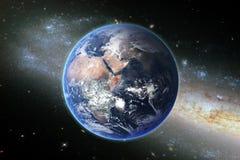 Herbe sur le champ avec les cieux bleus et la planète Imagination du wor Images stock