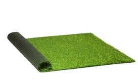 Herbe verte artificielle tordue d'isolement sur le blanc Image stock
