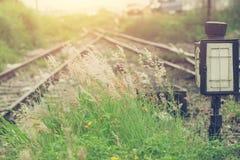 Herbe verte avec le fond fendu de tache floue de chemin de fer Image libre de droits