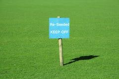 Herbe verte avec un signe Photos libres de droits