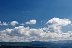 Herbe verte de montagnes d'été et ciel bleu avec des nuages Image libre de droits