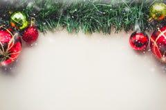 Herbe verte de Noël sur l'espace vide du vieux papier avec des boules et Images stock