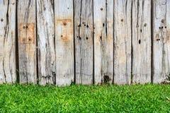 Herbe verte et mur en bois Image libre de droits