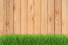 Herbe verte sur le fond en bois Image libre de droits