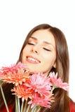 Счастливая молодая женщина с gerberas на белом конце-вверх предпосылки Стоковые Фото