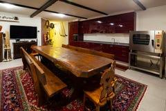 Herberg in een privé huis met een grote houten lijst royalty-vrije stock foto