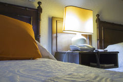 Herberge mit Betten, nightstand und Lampe nachts stockfoto