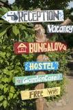 Herberge unterzeichnet mit Naturhintergrund auf Gili Air Island, Bali Lizenzfreies Stockbild