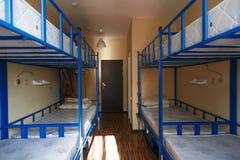 Herbergesschlafsaalbetten vereinbart im Schlafsaal lizenzfreie stockbilder