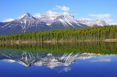Herbert jezioro w Kanadyjskich Skalistych górach obraz royalty free