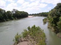 Herbert River - Mening van John Row Bridge die - krokodillen zoeken Royalty-vrije Stock Foto's
