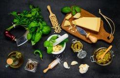 Herbes avec du fromage et le pesto dans la vue supérieure image libre de droits