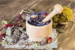 Herbes curatives sèches parfumées pour la thérapie et les épices épicées Sur la table dans un basilic pourpre de mortier, tansy,  photographie stock