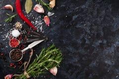 Herbes et épices au-dessus de pierre noire Photos stock