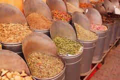 Herbes et épices dans les souks de Marrakech Image libre de droits