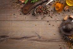 Herbes et épices sur la table en bois Photos libres de droits