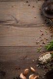 Herbes et épices sur la table en bois Images libres de droits