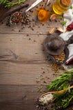 Herbes et épices sur la table en bois Photo libre de droits