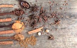 Herbes et épices sur un conseil en bois Cuillère d'épice image stock