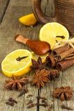 Herbes et assaisonnement secs Étoile de l'anis, des bâtons de cannelle et des clous de girofle se trouvant sur la table en bois,  Image stock