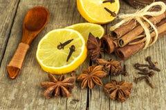 Herbes et assaisonnement secs Étoile de l'anis, des bâtons de cannelle et des clous de girofle se trouvant sur la table en bois,  Photo stock