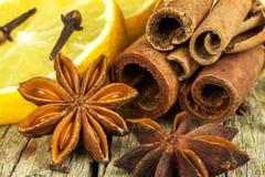 Herbes et assaisonnement secs Étoile de l'anis, des bâtons de cannelle et des clous de girofle se trouvant sur la table en bois,  Images libres de droits
