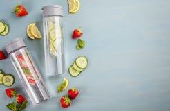 Herbes et eau infusée assaisonnée par fruits avec les fraises et la menthe Boisson régénératrice d'été Soins de santé, forme phys Photographie stock libre de droits