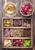 Herbes et fleurs et tisane sèches Photographie stock libre de droits