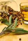 Herbes et pétrole sur le hachoir Image stock