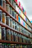 Herbes et poudres dans un système marocain d'épice Photo stock