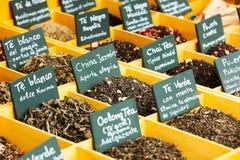 Herbes et thé au compteur photo stock