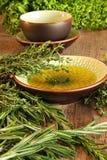 Herbes fraîches sur le panneau de découpage en bois Photographie stock libre de droits