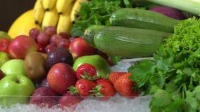 Herbes juteuses et fraîches de fond, fruits et légumes banque de vidéos