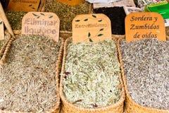 Herbes médicales à vendre sur le marché Image libre de droits