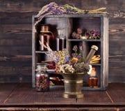 Herbes médicinales mortier et teinture de bouteilles photos stock