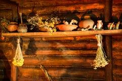 Herbes médicinales sur l'étagère antique images stock