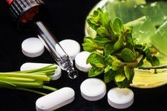 Herbes, pilules et compte-gouttes Photographie stock