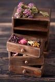 Herbes sèches dans la boîte en bois Images libres de droits