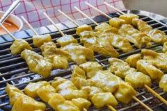 Herbes satay et douces de porc grillé avec Thailand& x27 ; la nourriture de s a été très populaire en Thaïlande images libres de droits
