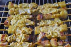 Herbes satay et douces de porc grillé avec Thailand& x27 ; la nourriture de s a été très populaire en Thaïlande photos libres de droits